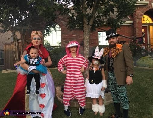 Alice In Wonderland Halloween Costume Family.Awesome Alice In Wonderland Family Halloween Costume