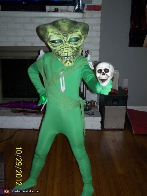 Alien Bone Collector, collecting skulls, Alien Bone Collector Costume