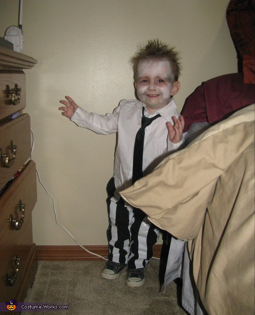 its hard to catch him still but this is before his make up came off , Beetlejuice Costume