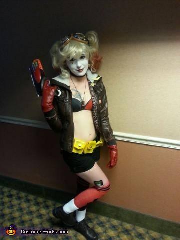 Gun pose, Bombshell Harley Quinn Costume