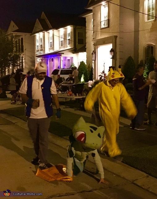 Bulbasaur trick or treating!, Bulbasaur from Pokémon Costume