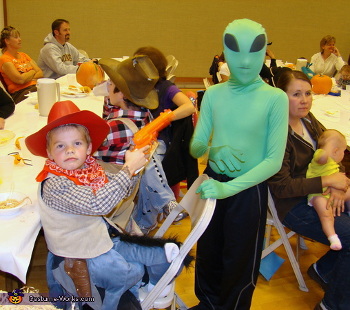 Cowboy with alien. The Family Farm - Homemade costumes for families