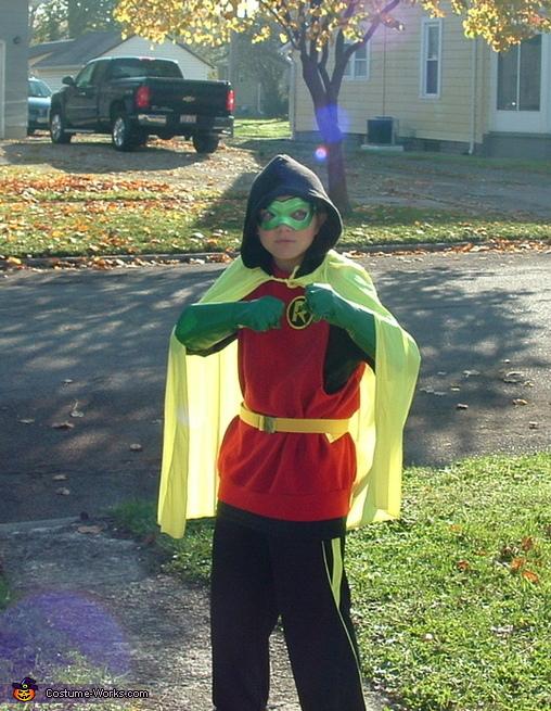 Damian Wayne Robin preparing for battle, Damian Wayne Robin Costume