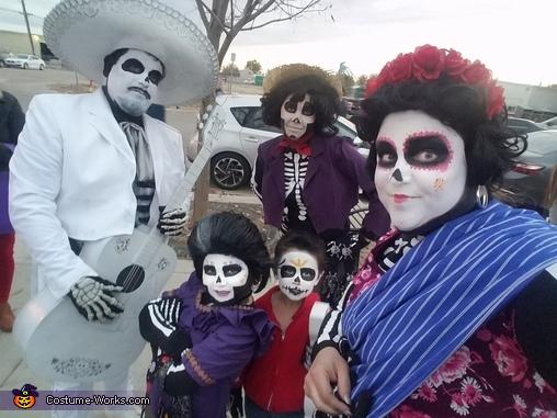 Tia Rosita, Hector, Miguel, Mama Imelda, Ernesto take a selfie, Disney Pixar Coco Costume