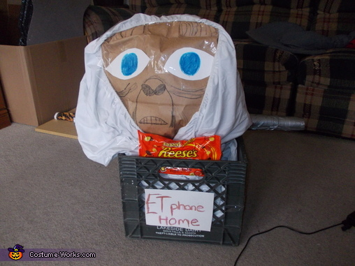 Et ready to get away with his snacks!!, ET Phone Home Costume