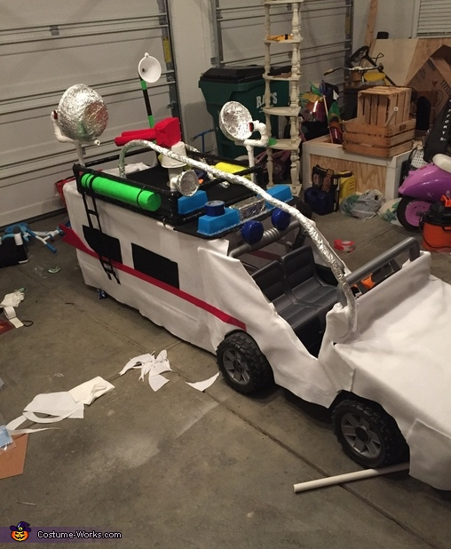 Passenger side view, Ghostbusters & Ecto-1 keeps Indy safe Costume