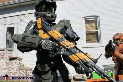 Master Chief with his DMR rifle, Halo 4 Master Chief Costume