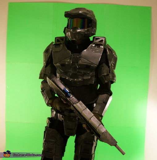 Pose 1 with Assault Rifle (MA5C), Halo: Masterchief Costume