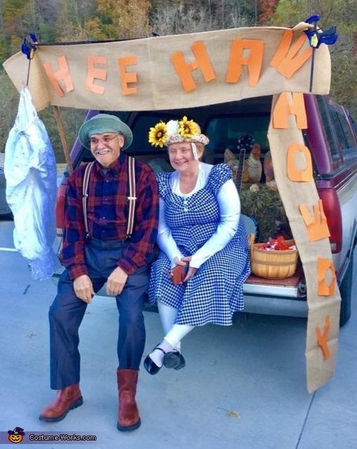 Hee Haw's Grandpa Jones and Minnie Pearl Costume