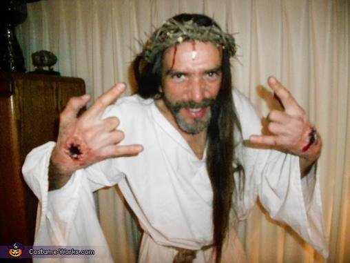 Jesus sways, Jesus Costume