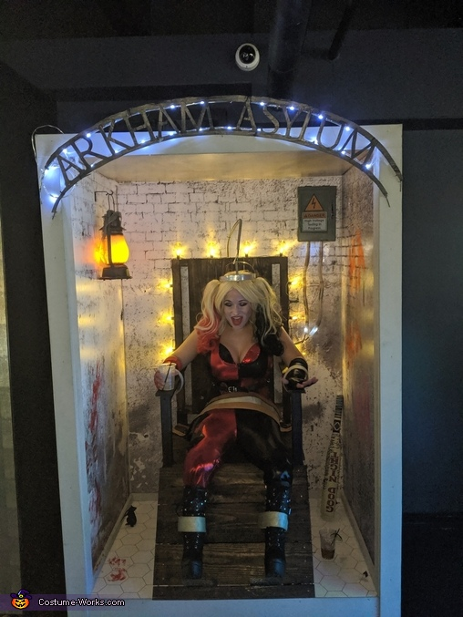 Harley in electric chair, Joker and Harley's Electric Chair Costume