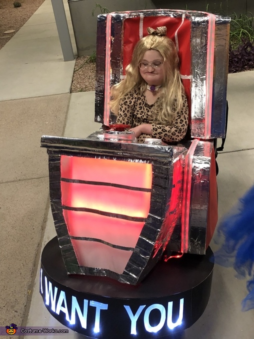 Kelly Clarkson in her Voice Chair Costume