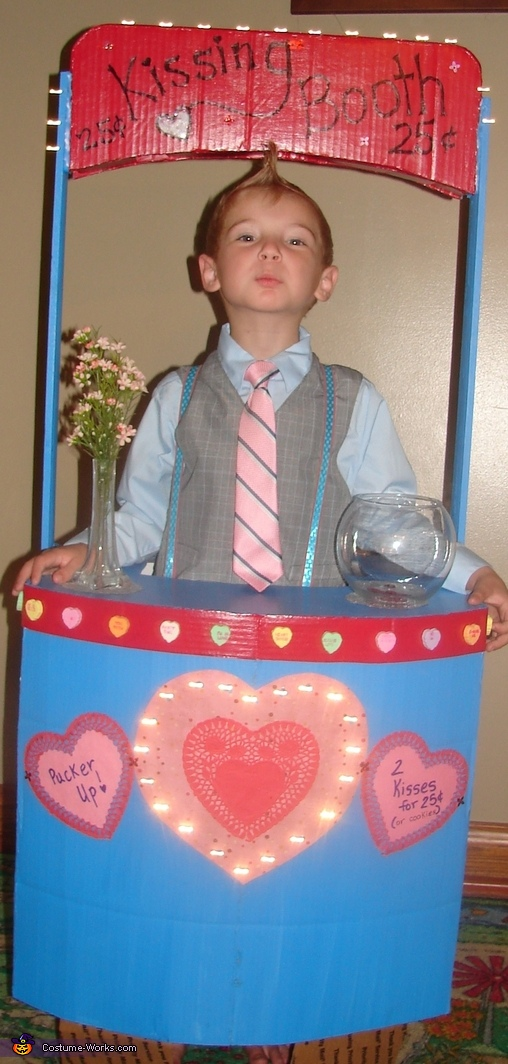 Eli ready for action, Kissing Booth Costume