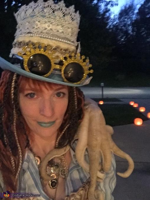 Lady T'luluh Poulpé with Carlow McKcraic'n, Lady T'luluh Poulpé Costume