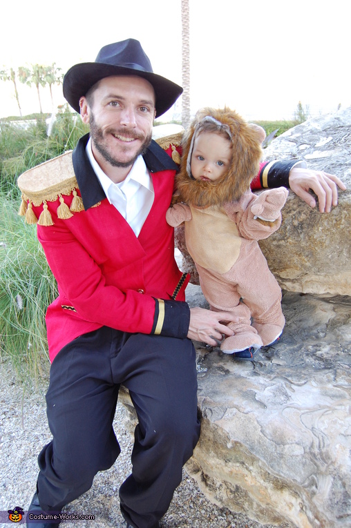 Daddy tamer and lion, Lion Tamer Family Costume