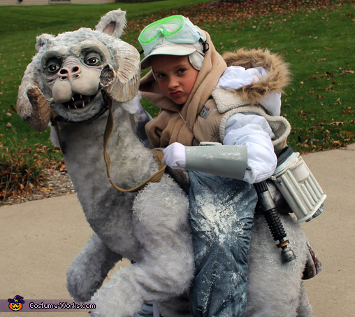 Easily turned head and detail of Tauntaun, Luke Skywalker on Tauntaun Costume