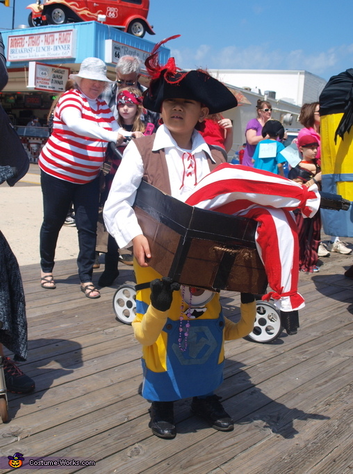Costume A Minion Carrying a Pirate in a Treasure Chest