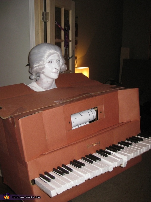 Player piano with 18th century bust Costume