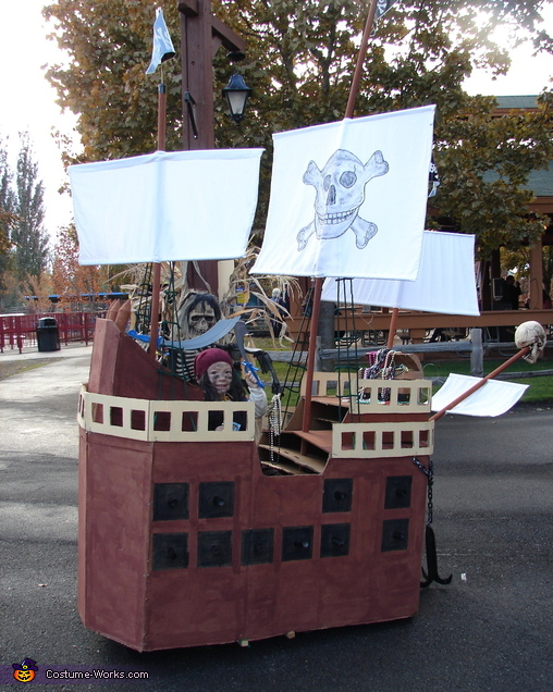 Custom Pirate Ship with Pirate - Homemade costumes for boys
