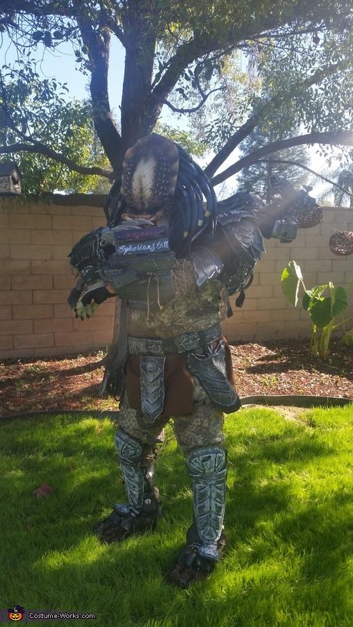 Activating wrest bomb, Predator Costume