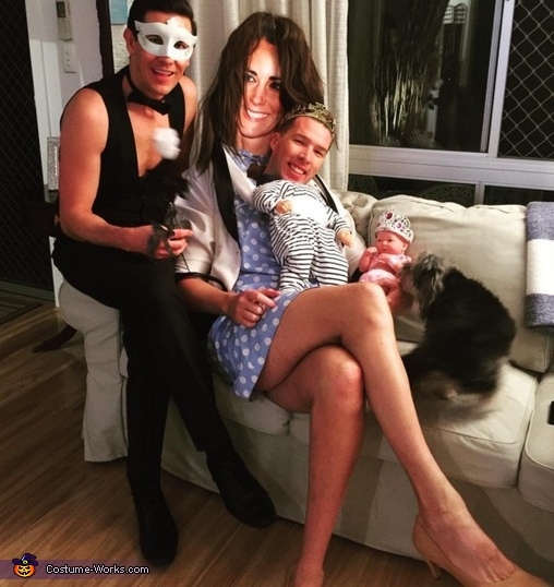 Royal family on the lounge, Princess Kate and George Costume