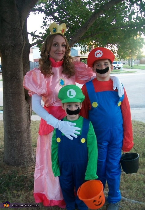 Princess Peach, Mario and Luigi - Homemade costumes for families