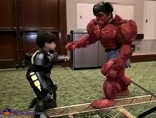 A contestant request photo OP, Red Hulk Costume