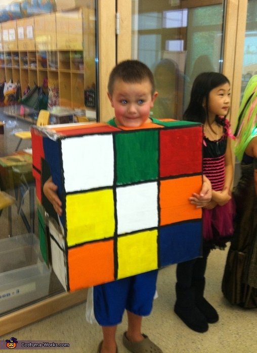 35 creative diy halloween costumes from cardboard boxes rubiks cube solutioingenieria Choice Image