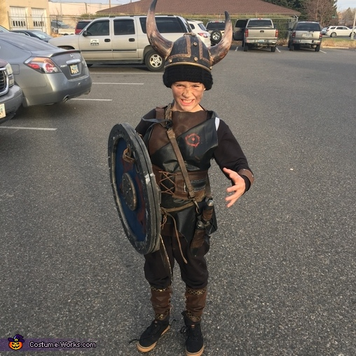 The knife thrower, The Grant Viking Family Costume