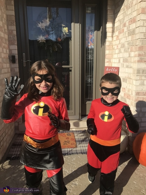 Violet & Dash striking a pose, The Incredibles Costume