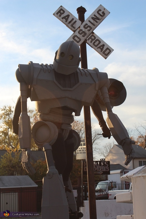 Crossing the tracks, Iron Giant Costume