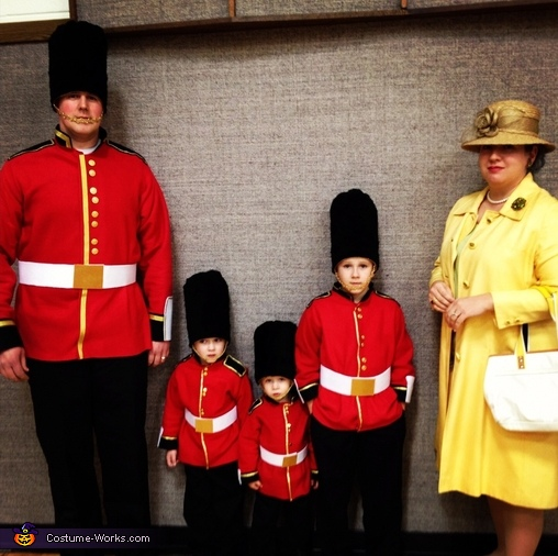 The Queen and her Royal Guards - Homemade costumes for families
