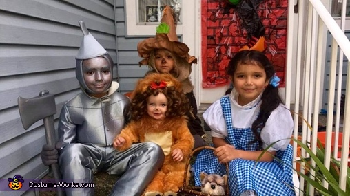 3 brothers + 1 sister = The PERFECT Halloween Costume!!, The Wizard of Oz Family Costume