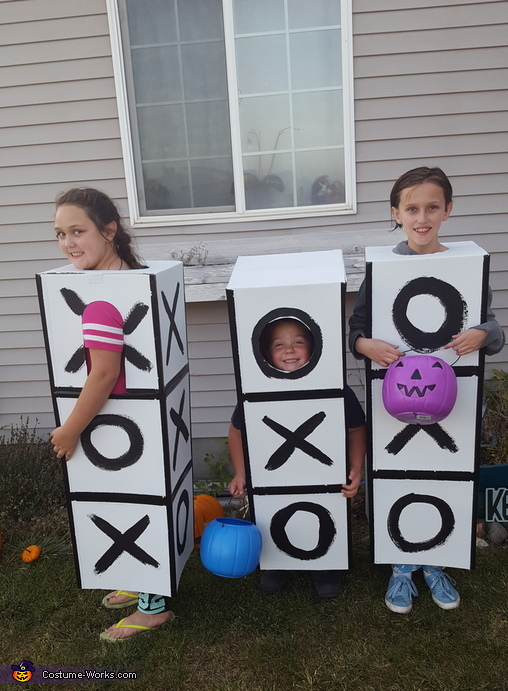 Side of box to show 3d sides are being played., Tic Tac Toe Costume