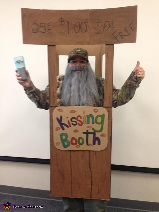 Uncle Si in a Kissing Booth Costume