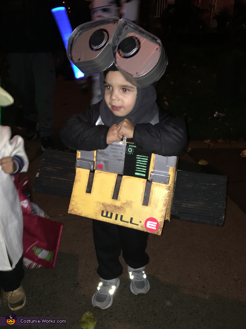 30 mins in and still going strong, WILL-E Costume