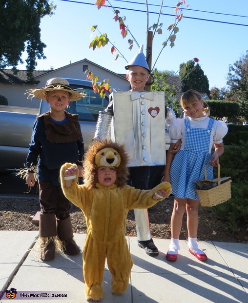 The Cowardly Lion wants his Mommy!, Wizard of Oz Costumes