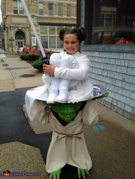 Optical Illusion Halloween costumes - Yoda Carrying Princess Leia Costume