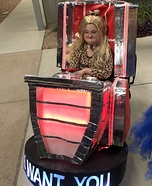 Kelly Clarkson in her Voice Chair Homemade Costume